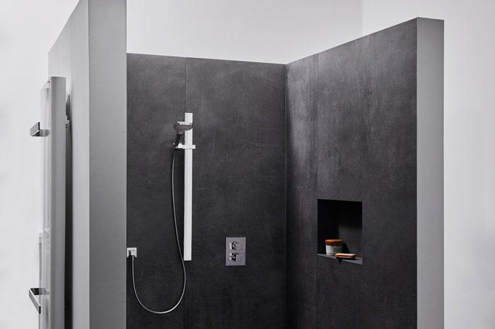 360° Spaperle - Fröhliches Waschen - schwarze Fliesen - Freistehende Dusche - Fliesenmeisterei