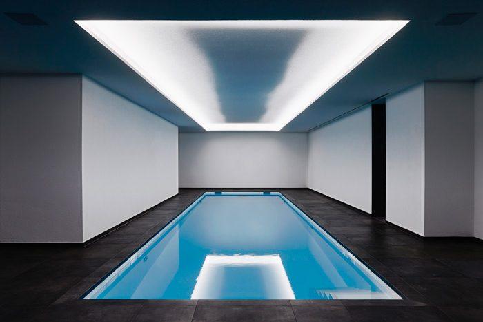 WOW - Pool - luxus Schwimmbad - Mattschwarzen elegante Fliesen - Wasser Spiegelung - Fliesenmeisterei