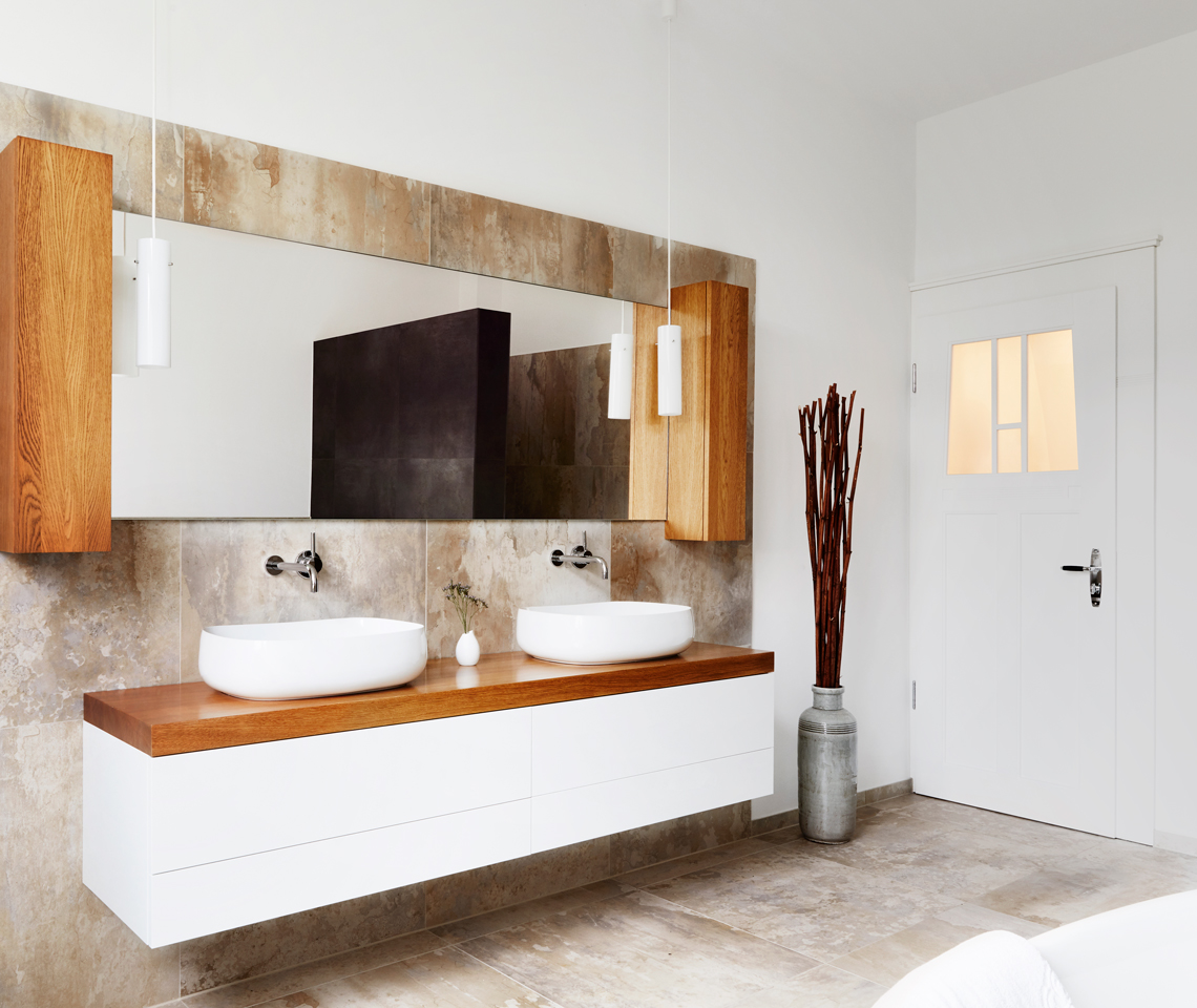 Spieglein, Spieglein,.. - Sandstein verziertes Bad mit Holz und weißen Accessoires - Fliesenmeisterei