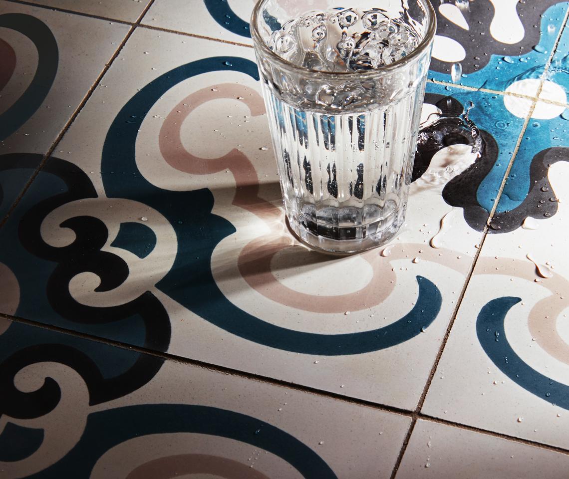 Schönes das bleibt - Beton Fliesen in den Farben blau, weiß, schwarz und beige - Fliesenmeisterei