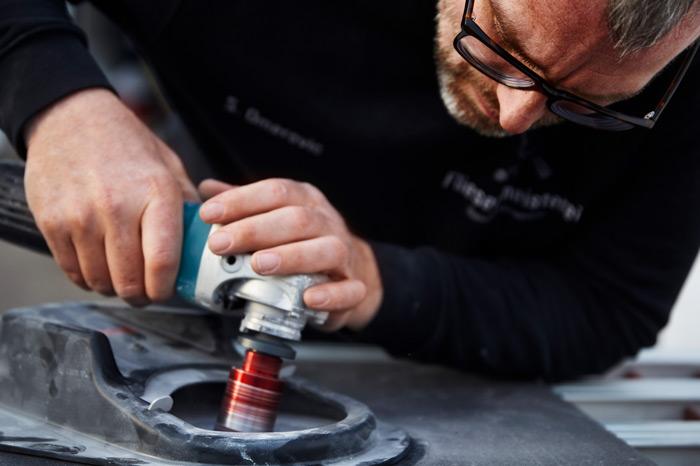 Blog - Sascha Omerovic bohrt mit Diamantwerkzeug an einer Fliese - Fliesenmeisterei