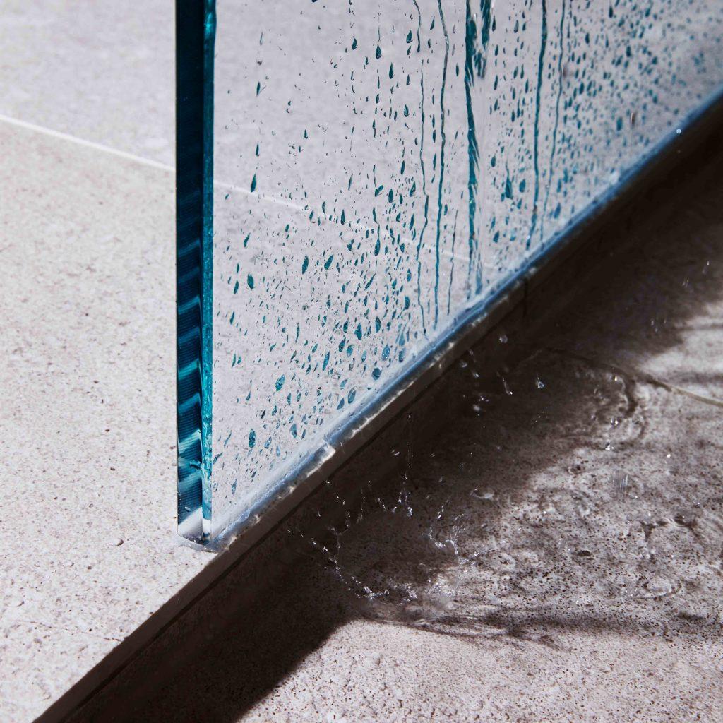 Sandstein zum Fühlen - Duschkabine aus Sandstein-Fliesen mit plätscherndem Wasser - Fliesenmeisterei